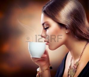15892346-美しい少女の紅茶やコーヒーを飲む